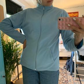Blå fleecejakke Købt på et loppemarked på Samsø, men er ikke blevet brugt af mig. Der er en lille plet som man kan se på sidste billede, men tænker det sagtens kan gå af i vask Lille i størrelsen, svarer nok til en S