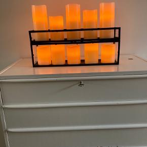 Sød og super hyggelig lille belysnings opsætning de lys der følger med er kunstige lys men det er rigtig Stearinlys som er uden på selve det rør hvor det elektriske er i. Derfor ligner det rigtige lys. Man kan godt have rigtige bloklys øverst og så kan man jo bruge bunden til at opbevare andre ting i. Mål er 45 lang og ca 12 bred. Har du nogen spørgsmål må du bare ringe på 40262974