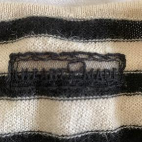 Fin Heartmade cardigan, cremefarvet med sorte striber.  Har kun været på få gange.  Kort model.  100 % Cashlama.  Der er et broderet Heartmade i nakken.  Den nederste knap mangler desværre.