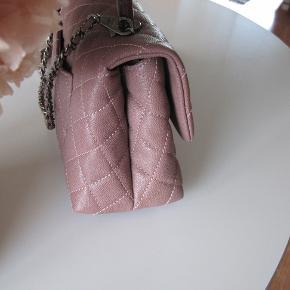 Overvejer at sælge denne smukke sag.  Chanel Coco mini, dusty Pink. Med Ritheniun hardware og Lizard top I Caviar skind. Kun lavet en gang i denne farve. Købt august 2016 i Venidige.  Jeg har købt tasken herinde og givet overpris for den, måtte bare eje den. Ny pris omkring 22.500 Mål 22x15 Målt nederst på tasken Tykkelse 9 cm Rem 100 cm Jeg forbeholder mig retten til ikke at sælge hvis rette pris ikke er der..   Tasken er kun brugt få gange, og er sindsyg smuk, og den hotteste farve her i foråret.  Salgspris 27.500