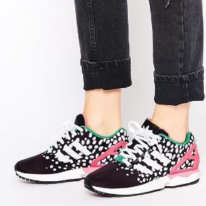 Fine og mega cool dot sneaker fra Adidas.  Adidas ZX FLUX  Brugt få gange.  Str 38 2/3