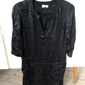 Tunika kjole i sort. Viscose.