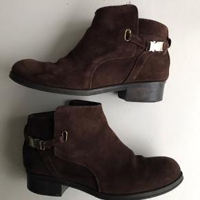 Støvlerne er lidt store i størrelsen, så de er mere en størrelse 37.