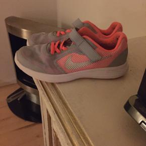 Lækre Nike træningssko brugt til indendørs træning fejler intet er bare vokset fra dem.  De er str 35.