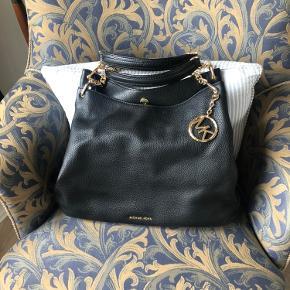 Lækker MK taske med masser af plads og rum.
