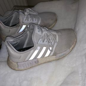 Jeg sælger mine adidas sko utrolig billigt, da de er meget brugte, hvilket også kan ses. Dog kan man måske bruge dem som løbesko, hvilket de er gode til.  Der er ingen huller i bunden  Normalprisen er 1099kr., men jeg sælger dem for 250kr., BYD  -køber betaler fragten