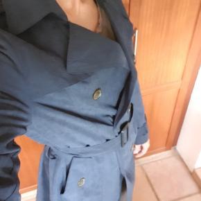 Lækker, blød trenchcoat fra Chacha, kun brugt 2 gange, er som ny. Billederne af jakken alene gengiver farven bedst. De andre er lidt overbelyste😅 Nypris var 999💕