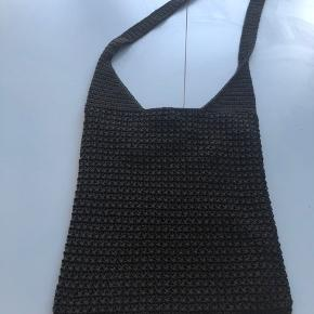 34*30 cm. Lækker flettet net. Lukkes med knap God kvalitet