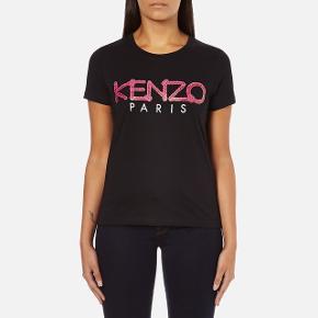 Sælger den smukke ikoniske KENZO t-shirt da jeg ikke får den brugt nok.   Det er en størrelse L, men jeg synes den er meget lille i størrelsen.  Jeg bruger som regel XS/S, som synes den svarer nærmere som værende det. Derudover er standen rigtig god - næsten som ny.  Nypris var 750 kr. Bud ønskes 🌼  Flere billeder af egen t-shirt kan sagtens fremsendes, såfremt det har interesse.