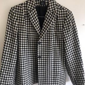 Vintage blazer i 100 % uld. Passer str. L/XL, evt. også mindre, hvis den skal være oversize.