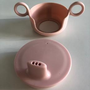 Design letters udstyr til melamin kop - hanken har stort set ikke været i brug, tuden fremstå med få brugstegn.   Sender ikke ☺️
