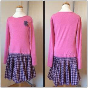 Kjole fra Happy Girls. Farverne er lyserød og sort. Str. 152 - 12 år. Er som ny, kun brugt 1 gang. Længde på kjolen: 80 cm. Kommer fra et ikke ryger hjem. Afhentes i 2990 Nivå eller sendes mod betaling