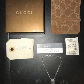 Gucci armbånd   Str onesize  Cond 9   OG boks   Gucci tagget eller hvad end i vil kalde det kan fjernes og sættes på noget andet, feks en halskæde.  Np:1500kr Mp: 400kr HH: 500kr Køb nu: 600kr