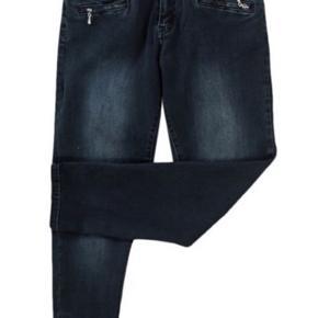 Super flotte jeans i 7/8 længde og med lynlås for neden i benene.    Fashion smart 7/8 jeans fra MARC LAUGE i råt design med lynlås effekt ved lommer samt i fodvidden.  Pasformen i denne jeans er normal taljehøjde, slank lårvidde samt smal fodvidde.   Indvendig Benlængde: ca. 67 cm  Kvalitet: 98% Bomuld, 2% Elastan