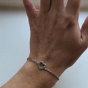 Sælger dette søde armbånd fra Pandora, da jeg ikke får gået med det. 🌸 Så godt som nyt!   Kan afhentes i Københavnsområdet og ellers sender jeg gerne (køber betaler fragt)  Kom gerne med bud ... 🥰 Skriv endelig for flere billeder📷