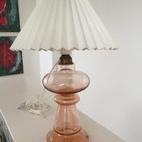 Smuk lampefod i mundblæst glas med messingtop. Flot intakt stand. Er til pære med stor sokkel. H. 36 cm inkl. fatning, Ca 14. cm i diameter bredeste sted, Uden skærm.