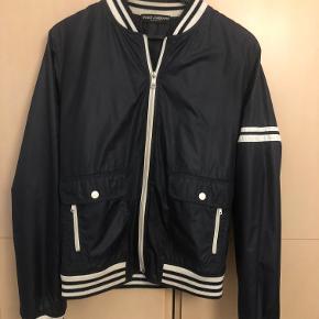 Dolce & Gabbana bomber jacket i marina med hvide striber. Næsten aldrig brugt - som ny. Super god jakke til sommeren og flot kvalitet af produktet.