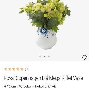 Royal Copenhagen vase i 12 cm , fremstår som ny! Kun brugt engang. Æske haves. Kan sendes eller afhentes i Rødovre. Nypris 600kr.