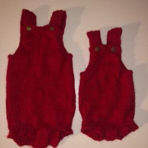 Strikket body til baby, i alpaca uld og seler der lukkes med fine træ knapper.  Ses her i str. 0-1 mdr og 6-9 mdr.   Kan laves i andre størrelser og farver på bestilling.