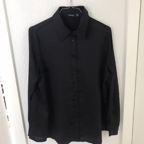 Sort løstsiddende satin skjorte