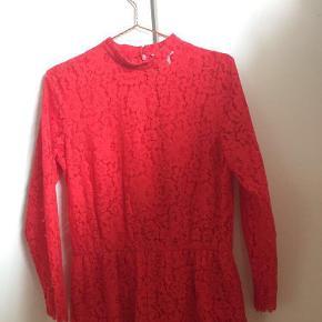 Jeg sælger denne søde blonde jumpsuit i rød fra H&M. str. 38-40. Den er kun brugt få gange, og ser stadig ud som ny, BYD