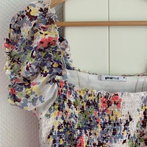 Skøn feminin sommerkjole. Kan bruges af mange størrelser, da det øverste er elastik