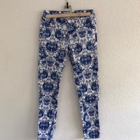 Flotte blomstrede jeans fra FRIME collection. Materiale: cotton 97% og spandex 3%
