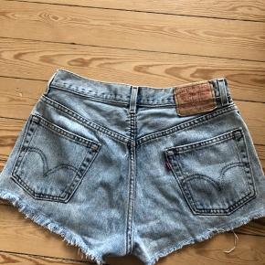 Retro shorts fra Levis. Har et lille hul foran ved lynlås som ved køb, da det er 'stilen' på dem. Mærket siger W31 L30.