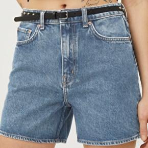 Shortsene er desværre alt for store til mig og er derfor kun brugt ganske få gange. De fejler ingenting, og fremstår derfor som nye.  Kom gerne med et seriøst bud :)