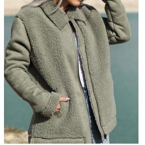 Ruskinds/rulams jakke.  Købt i XL for oversize look.  Brugt 3-4 gange. Derfor ingen synlige brugspor.