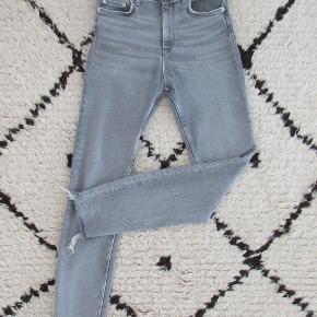 Zara skinny high rise jeans i grå vask. Købt i foråret.  Nypris 399,- Bytter ikke.