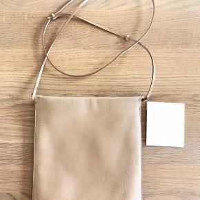 Smukkeste taske fra The Row Ingen brugsspor indeni. En smule udenpå der ikke kan undgås.  Lækreste læder.  Lynlås der lyner godt Justerbar læderrem Nypris 8000kr.  Kom med er bud. Sælges nogenlunde billigt da jeg ikke får den brugt :)