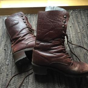 38/39 passes støvlerne af..  Helt nye snørebånd er der i.. De skal kun pudses.. :-)