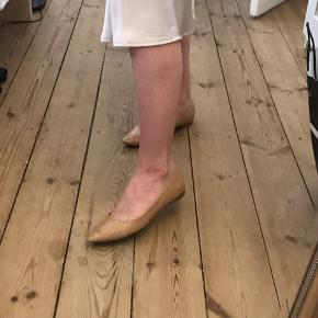 ASOS ballerinaer med spids snude.  Brugt, men i god stand.  Str 5 UK. Svarer til en normal 38.   Kan prøves og afhentes på Christianshavn eller sendes med DAO.