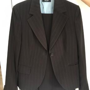 Super fin Lene sand jakkesæt til kvinder i brunt, max brugt 5 gange og ingen brugs mærker 200 kr eller BYD   Køber betaler fragt