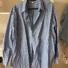 Skjorte fra & other stories fejler intet. Stor i størrelsen, men fungerer godt som oversized skjorte. BYD😊