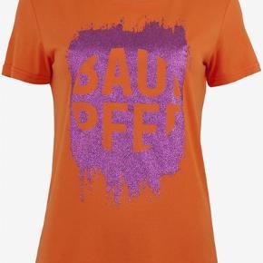 Flot t-shirt med lilla glimmer. T-shirten er str. L men til den store side.