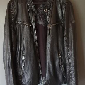 Læder jakke, som næsten ikke har været brugt. Står, som str. M, men passer en Large