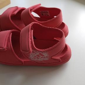 Adidas Performance badesandaler i str. 29, indvendig mål 18cm. Gmb. Klistermærkerket Adidas på den ene sandale er lidt slidt (kig på sidste billede) ellers fejler de ikke noget. Dyr- og røgfrit hjemme. Afhentes i Hjerting