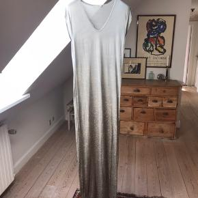 """Super smuk kjole fra Rabens Saloner i 100% blød viskose. Den er lys grå med gule """"prikker""""  Den er ret lang, så du skal helst være 175 eller derover for at kunne løfte den fra jorden."""