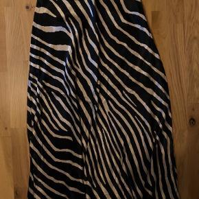 Lang nederdel i silke-lignende stof fra h&m 🌸 byd gerne!