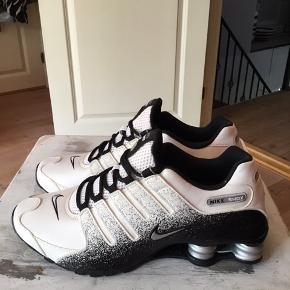 Super smarte  Nike shox i sort/ hvid str 43 sælges . Aldrig brugt. Kan bruges af begge køn. Sælger ud af min samling af Nike sko. Køber betaler fragt.