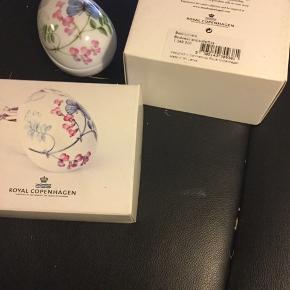 Royal bonbonniere i original æske ,kun pakket ud til foto - et samler objekt  2012 sommerfugl og snerle (1249 920) Mål 9 cm  Sender + Porto  #30daysselout