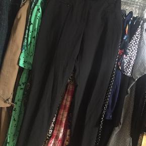 Sorte bukser - passer til alt.  Passer en str small/medium.