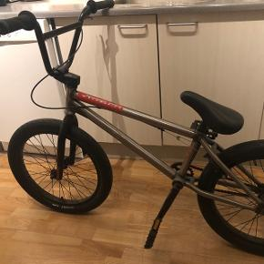 BMX cykel, nogle år gammel, brugt i 1-2 måneder, står og samler støv derfor sælger jeg den, kontakt mig vedrørende mere information og kvittering. Super god BMX, intet galt med den, mangler kun luft i hjulene.