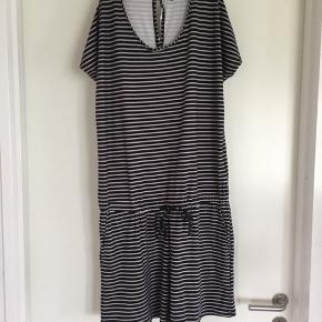 Lækker kort shorts-jumpsuit i sort/hvid i lækker blød kvalitet.   Str S/M ny pris 300. Er ikke brugt.