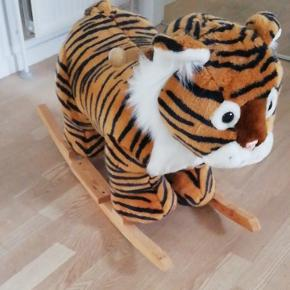 Gyngehest gyngetiger. I blød plys Selve tigeren måler Ca 70 cm længde, Ca 50 høj, Ca 30 bred. Gyngen eller benene er Ca 85-90 cm lange.