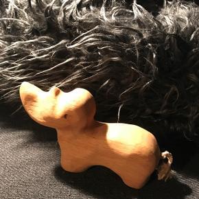 Speciel næsehorn i træ 10 cm h og 17 cm l                          Mp 95kr  Randers nv ofte Århus Ålborg København mm Sender gerne på købers regning   Til salg på flere sider