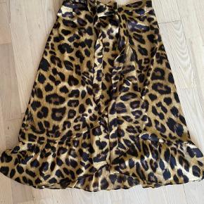 Skøn nederdel fra neo noir  Nypris var 500kr  Nu 200kr mobilpay - 206 kr ts  Str xs
