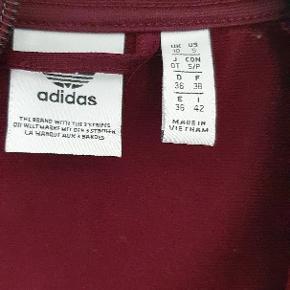 Super fed bluse fra Adidas  farve bordeaux med glimmer p str 36   brugt 1 gang fremstår